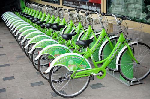 """低碳生活""""标志的公共自行车"""